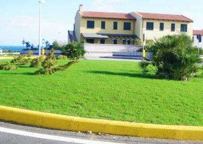 realizzazione-giardini---giardinaggio---Green-Sea-Srl--Sardegna-Sassari-Olbia.jpg-spazio-verde-pubblico---rotatoria-in-una-strada-vicino-al--mare-in-sardegna