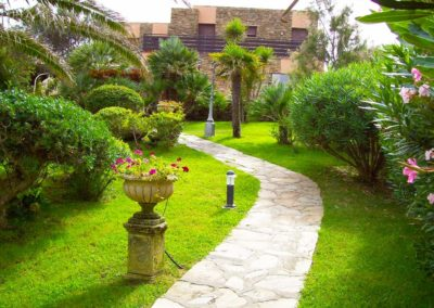 realizzazione-giardini---giardinaggio---Green-Sea-Srl--Sardegna-Sassari-Olbia.jpg-villa-al-mare-in-sardegna-con-prato-e-arredi-giardino